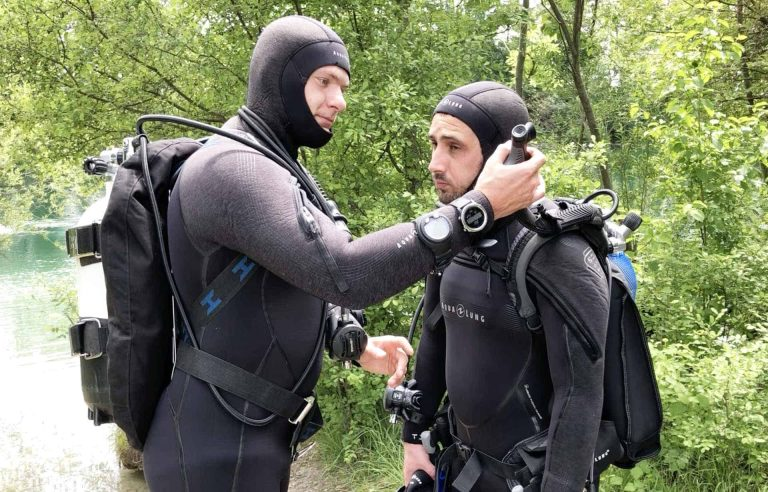 How to do a scuba diving buddy check (with photos)